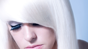 Siwe włosy mogą być piękne