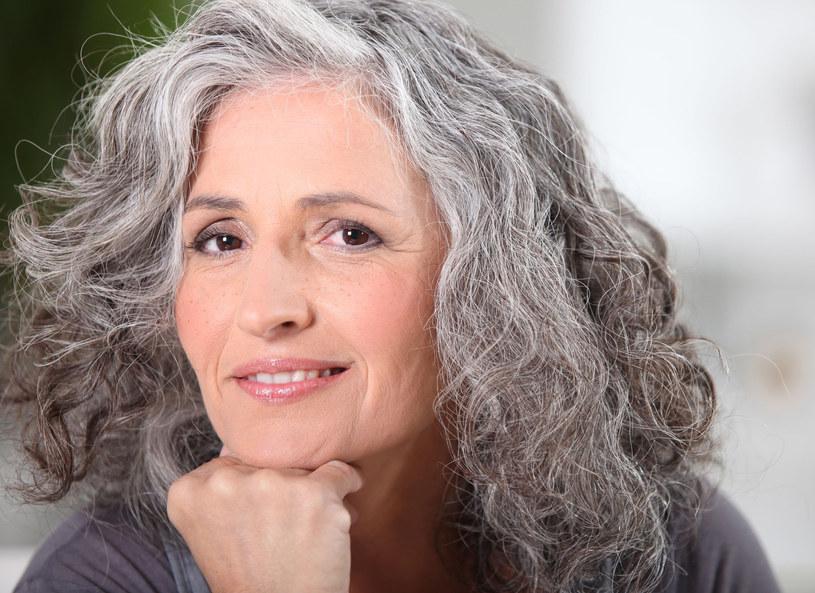 Siwizna to nie pierwsza oznaka starzenia się włosów /123RF/PICSEL