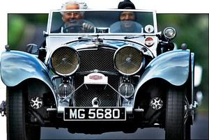 Skaczący Jaguar trafił na korki wlewu płynu do chłodnicy już w 1938 r. /Jaguar