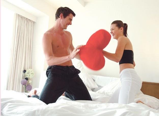 Skąd u kobiety takie przywiązanie do mężczyzny, z którym poszła do łóżka? /INTERIA.PL
