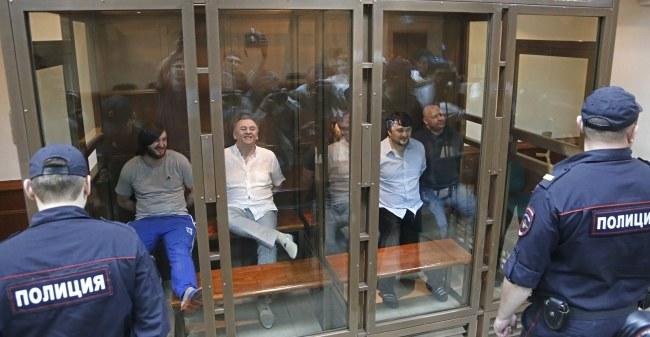 Skazani podczas oczekiwania na ogłoszenie wyroku /MAXIM SHIPENKOV    /PAP/EPA