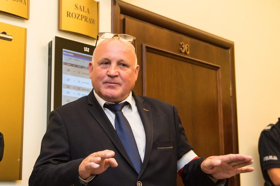 Skazany za spalenie kukły Żyda Piotr Rybak na korytarzu Sądu Apelacyjnego we Wrocławiu /Maciej Kulczyński /PAP