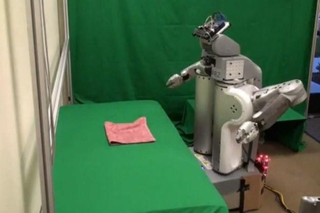 Składanie ręczników było dotychczas duzym wyzwaniem dla maszyn... /materiały prasowe