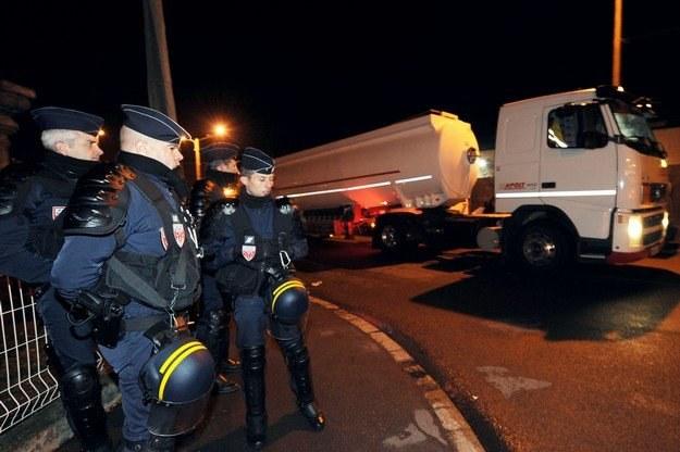 Składy paliw udało się odblokować /AFP