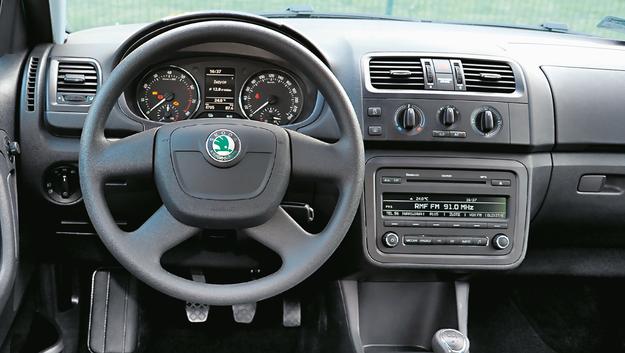 SKODA Na zdjęciu wersja typowa dla rynku wtórnego: ręczna klimatyzacja i radio bez nawigacji. Limitowane odmiany jak Monte Carlo trafiają się niebywale rzadko. /Motor