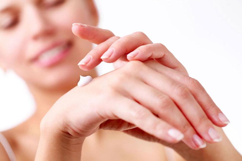 Skóra rąk jest cienka i delikatna. By nie pokryła się zmarszczkami i plamami, dbaj o nią całe lato /©123RF/PICSEL