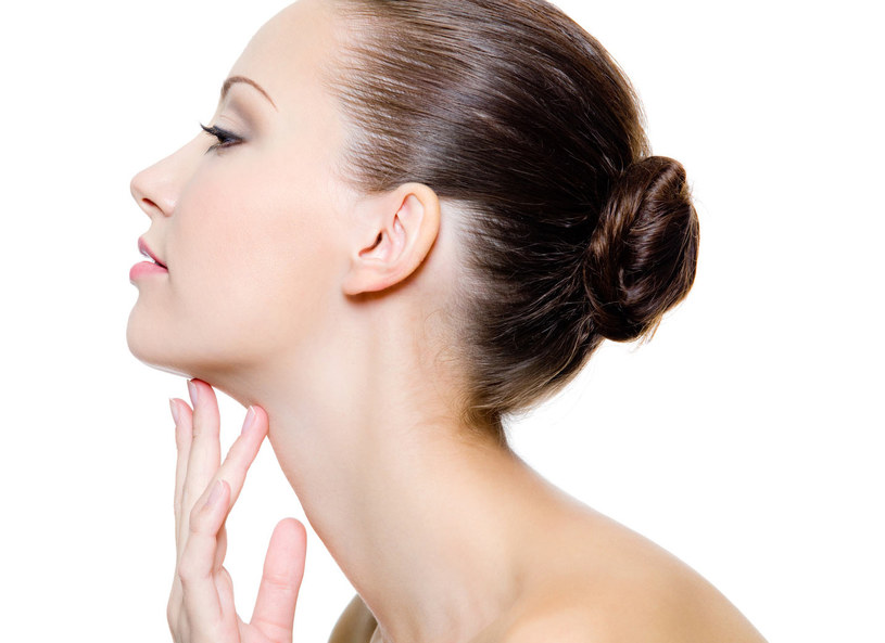 Skóra szyi potrafi być bezlitosna. Jest cieńsza niż na twarzy, dlatego oznaki starzenia mogą pojawić się na niej o wiele wcześniej /materiały prasowe /materiały prasowe
