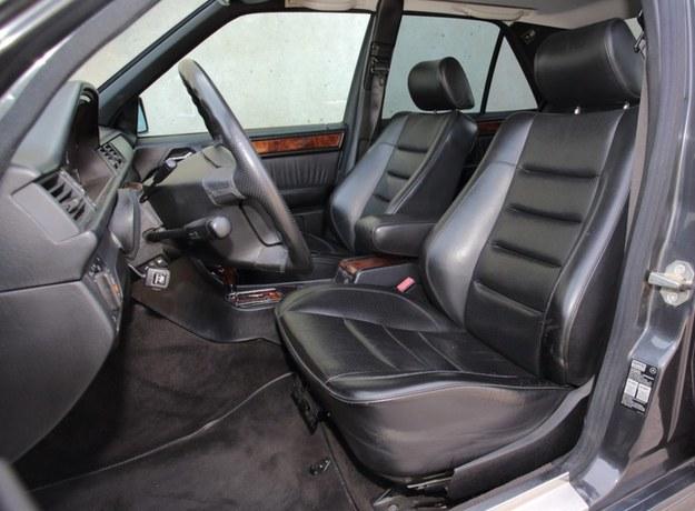 Skórzane fotele mają elektryczną regulację (panel w drzwiach). /Motor