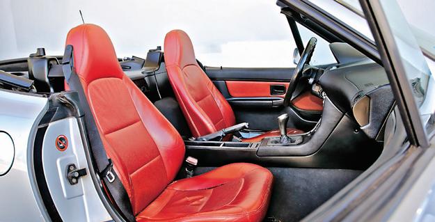 Skórzane fotele nie zapewniają trzymania bocznego adekwatnego do możliwości auta. Za niskie są także zagłówki. /Motor