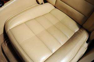 Skórzany fotel w VW Touaregu po wyczyszczeniu połowy siedziska. /Motor