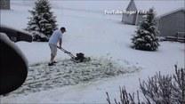 Skosił zaśnieżony trawnik! Jego wygłupy nagrała żona
