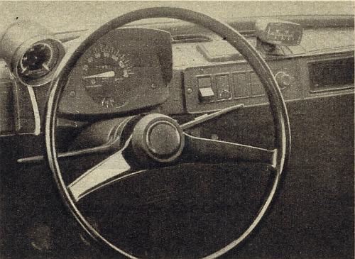 Skromnie, ale funkcjonalnie opracowano tablicę rozdzielczą samochodu. Samochód podczas badań był wyposażony we wskaźnik podciśnienia w rurze ssącej (po lewej) oraz wskaźnik temperatury oleju w silniku i napięcia ładowania (po prawej). /Motor