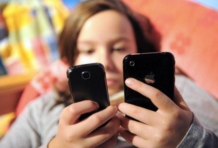 Skróty SMS-owe mogą ułatwić dzieciom naukę czytania i pisania /AFP