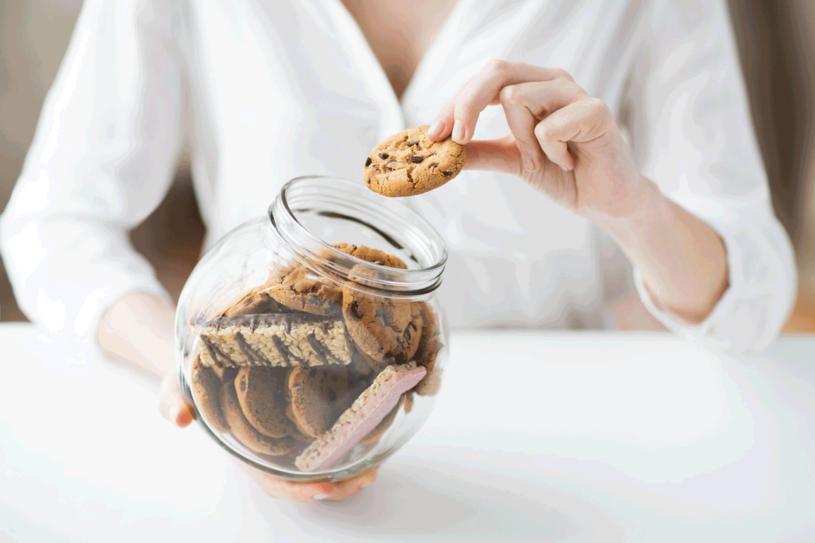 Skusisz się na jedno ciasteczko? Za nim pójdą następne! /©123RF/PICSEL