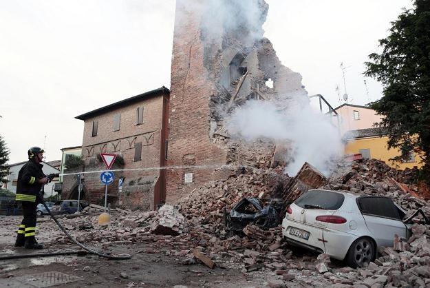 Skutki trzęsienia ziemi w Modenie /PAP/EPA