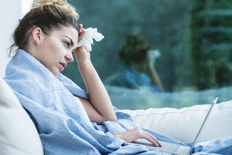 Skutki zaniedbania zwykłego kataru bywają opłakane. Nieleczona infekcja może stać się przyczyną zapalenia zatok, uszu, oskrzeli lub płuc /©123RF/PICSEL