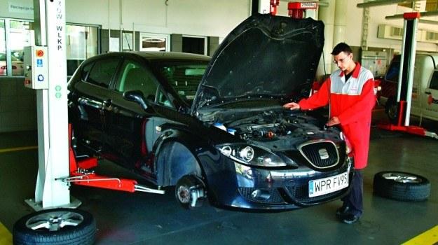 Ślady brudnych rąk, zagięte progi i otarcia lakieru to typowe uszkodzenia warsztatowe. /Motor
