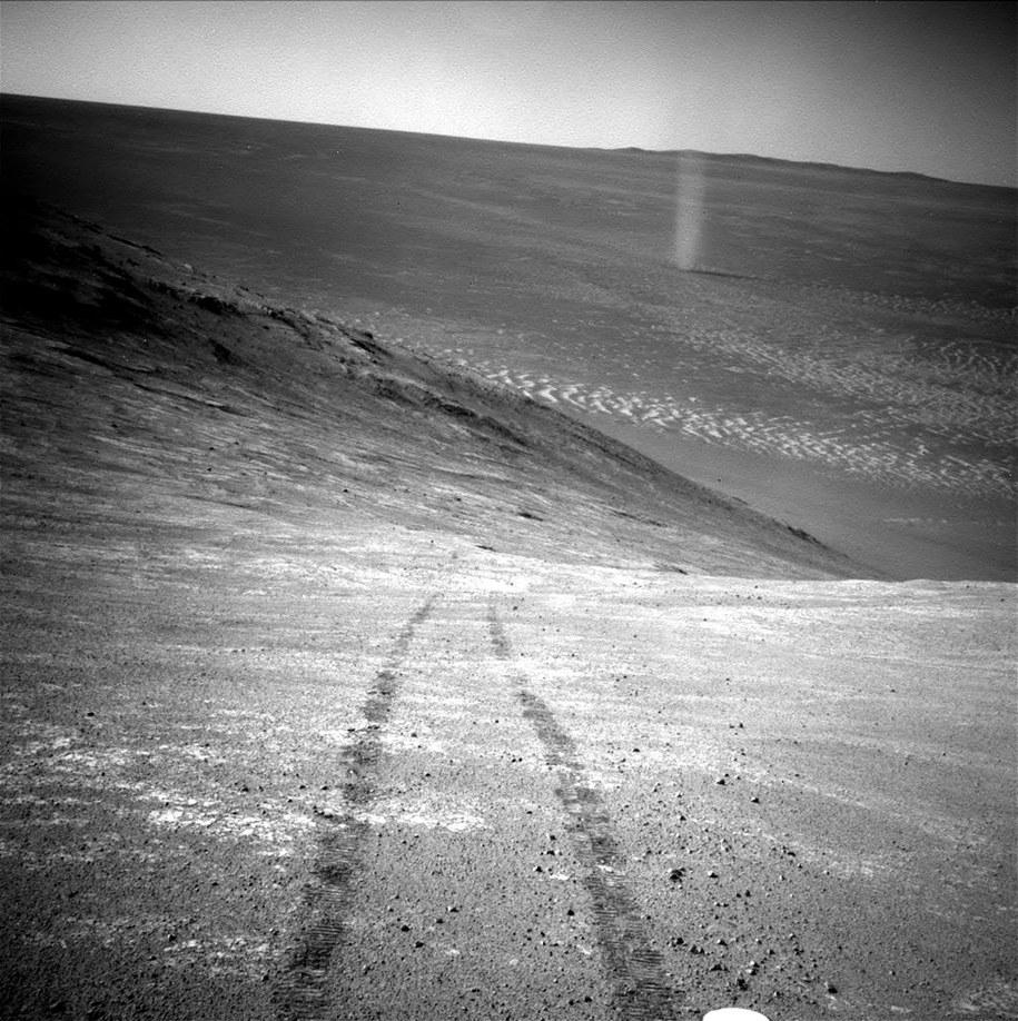 Ślady łazika Opportunity, w tle trąba pyłowa /NASA/JPL-Caltech /materiały prasowe