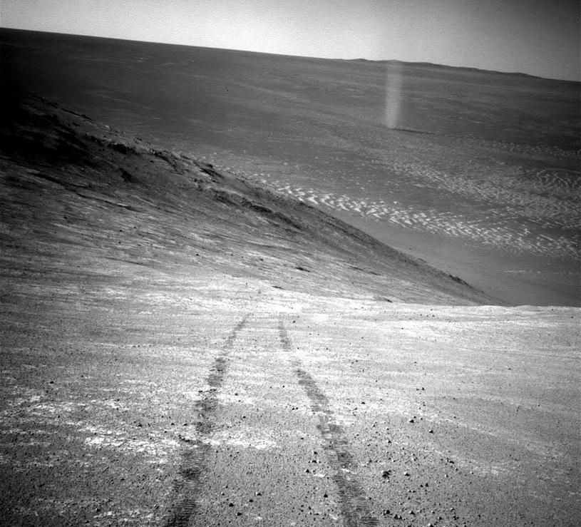 Ślady łazika Opportunity, w tle trąba pyłowa /NASA