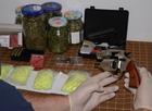 Śląsk: Policjanci odkryli narkotyki, broń i amunicję. Zatrzymano dwóch mężczyzn