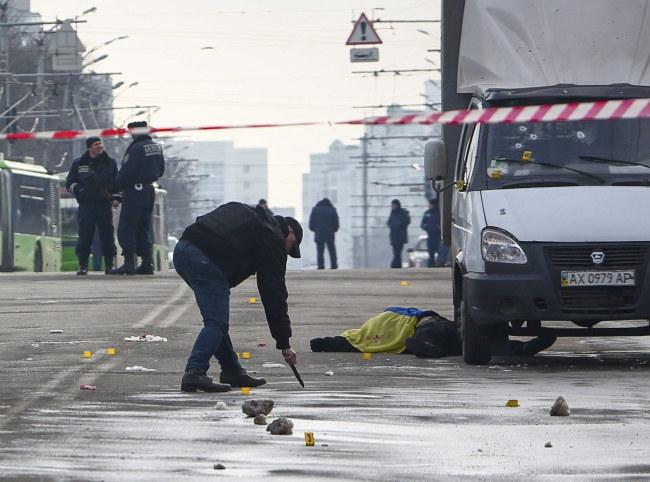 Śledczy na miejscu zamachu w Charkowie /PAP/EPA