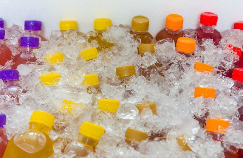 Słodkie napoje gazowane skracają życie. To fakt /123RF/PICSEL