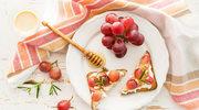 Słodkie tosty z twarożkiem i winogronami w 3 krokach!