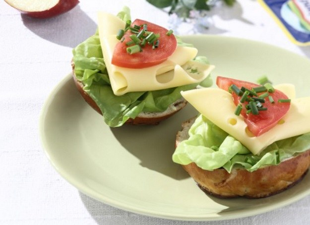 Słona kanapka dla dzieci z żółtym serem /materiały prasowe
