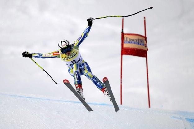 Słowenka Marusa Ferk upada podczas supergiganta kobiet w Sankt Moritz /AFP