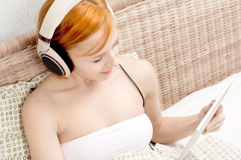 Słuchanie muzyki i surfowanie po internecie działa na nas relaksująco /©123RF/PICSEL