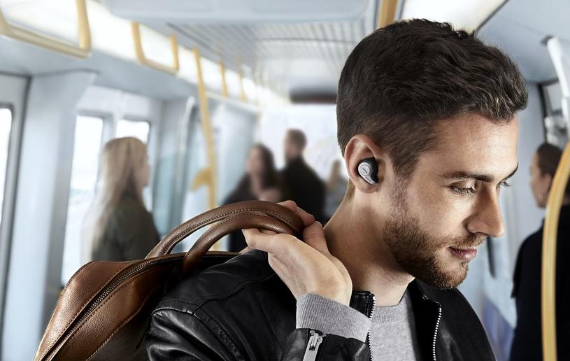 """Słuchawki """"dobrze leżą"""" w uszach. Szczególnie cięższa, prawa słuchawka /materiały prasowe"""