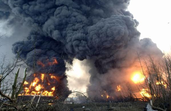 Słup dymu i ognia wznosi się na kilkadziesiąt metrów w niebo /AFP
