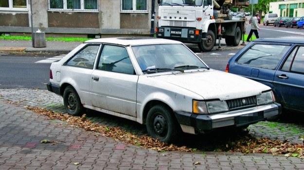 Służby często zabierają nieużywane od dawna samochody na prośbę okolicznych mieszkańców. /Motor