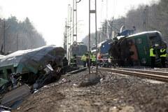 Służby nadal przeszukują miejsce katastrofy pod Szczekocinami