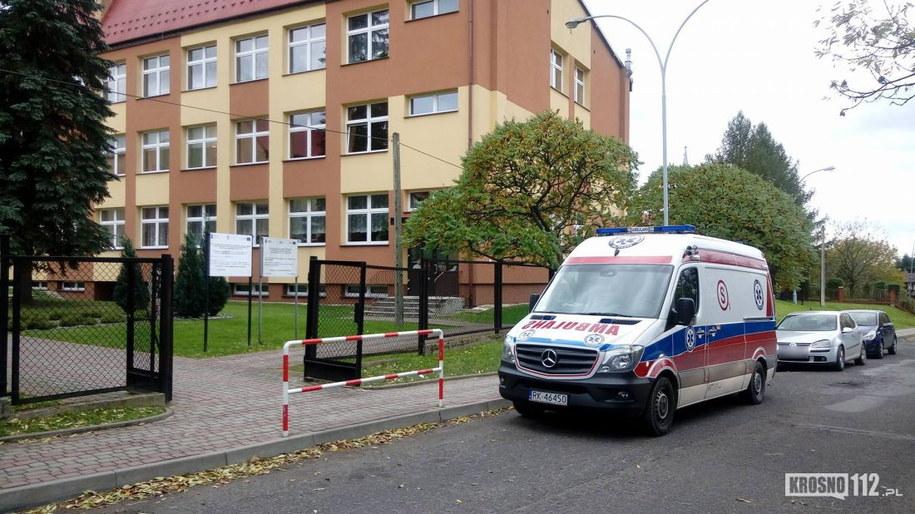 Służby przed szkołą w Odrzykoniu /fot Maciej Drzyzga/krosno112.pl /