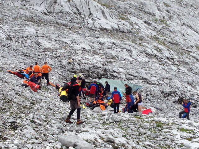 Służby ratunkowe przy wejściu do jaskini /PAP/EPA/BERGRETTUNG SALZBURG / WALLINGER / HANDOUT /PAP/EPA