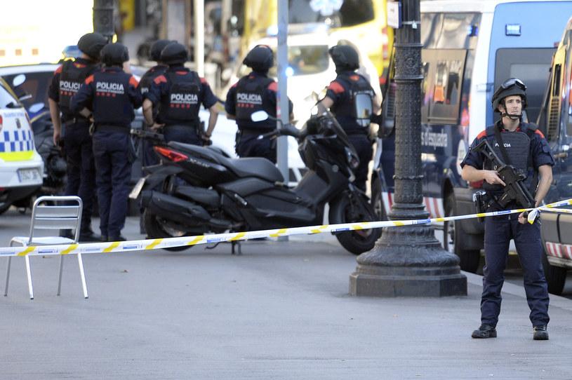 Służby zabezpieczają teren po zamachu w Barcelonie /JOSEP LAGO /AFP