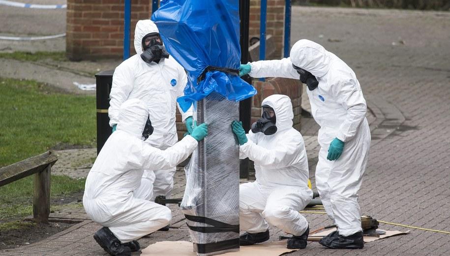 Służby zabierają ławkę, na której znaleziono Siergieja i Julię Skripalów /WILL OLIVER  /PAP/EPA