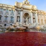 Słynna Fontanna di Trevi znów czerwona. Stoi za tym ta sama osoba
