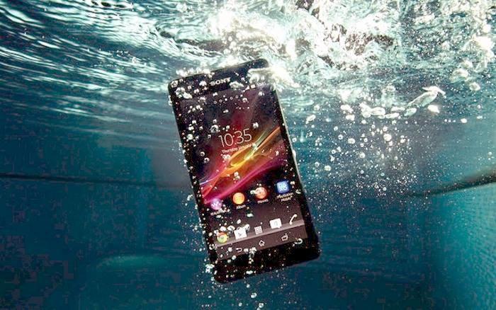 Smartfon na zdjęciu, Xperia Z3, jest wodoodporny, ale co zrobić, jeśli do wody wpadnie nam smartfon bez takiej technologii? /materiały prasowe