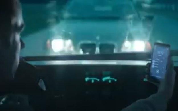Smartfon potrafi skutecznie odwrócić uwagę od sytuacji na drodze /