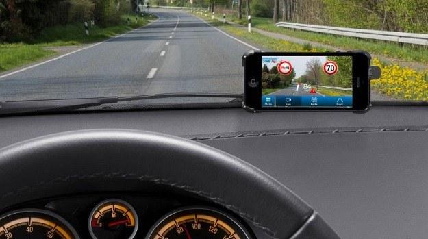 Smartfon rozpozna znaki drogowe /Bosch