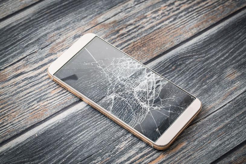 Smartfon sprowadzony z Chin uległ awarii lub uszkodzeniu. Co dalej? Może być problem... /123RF/PICSEL