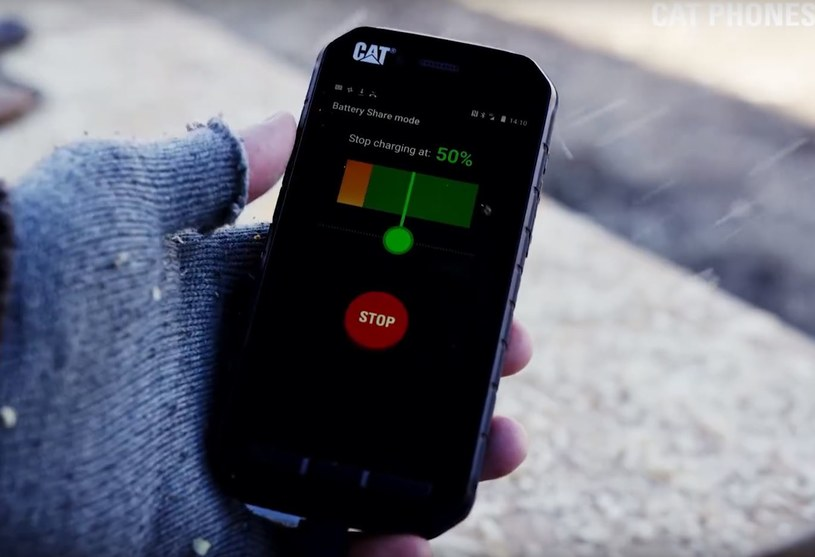 Smartfony CAT są przygotowane na każde warunki /YouTube