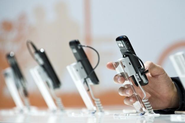 Smartfony coraz częściej przyciągają uwagę cyberprzestępców /AFP