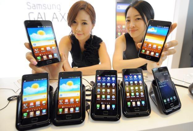 Smartfony samsubg Galaxy rozchodzą się jak świeże bułeczki /AFP