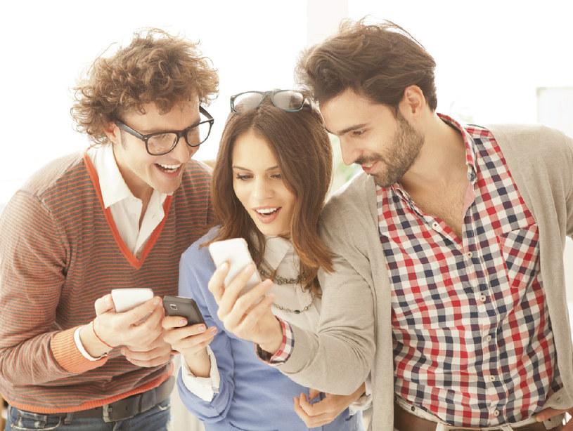 Smartfony sprawiają, że jesteśmy mniej produktywni, gdy pracujemy przy biurkach /materiały prasowe