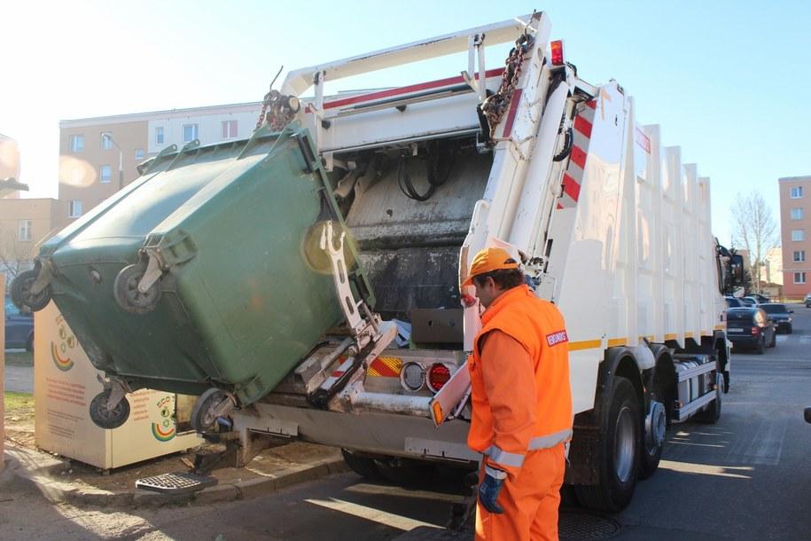 Śmieciarka jeżdżąca po Olsztynie zapełnia się po dwóch, trzech godzinach pracy /Piotr Bułakowski /RMF FM