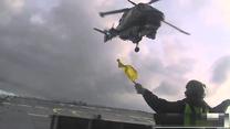 Śmigłowiec Lynx ląduje na patrolowcu. Mrozi krew!
