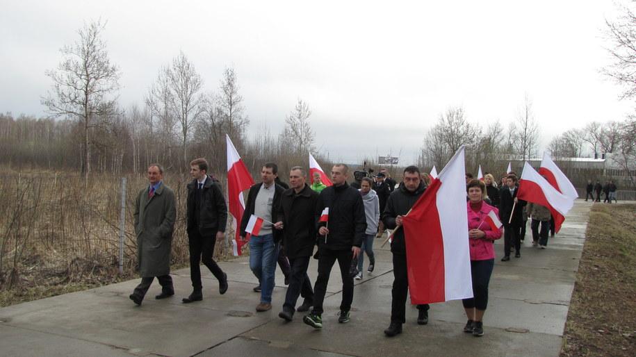 Smoleńsk miejsce katastrofy: Z flagami idą przedstawiciele Polonii z Moskwy i Smoleńska /Przemysław Marzec /RMF FM